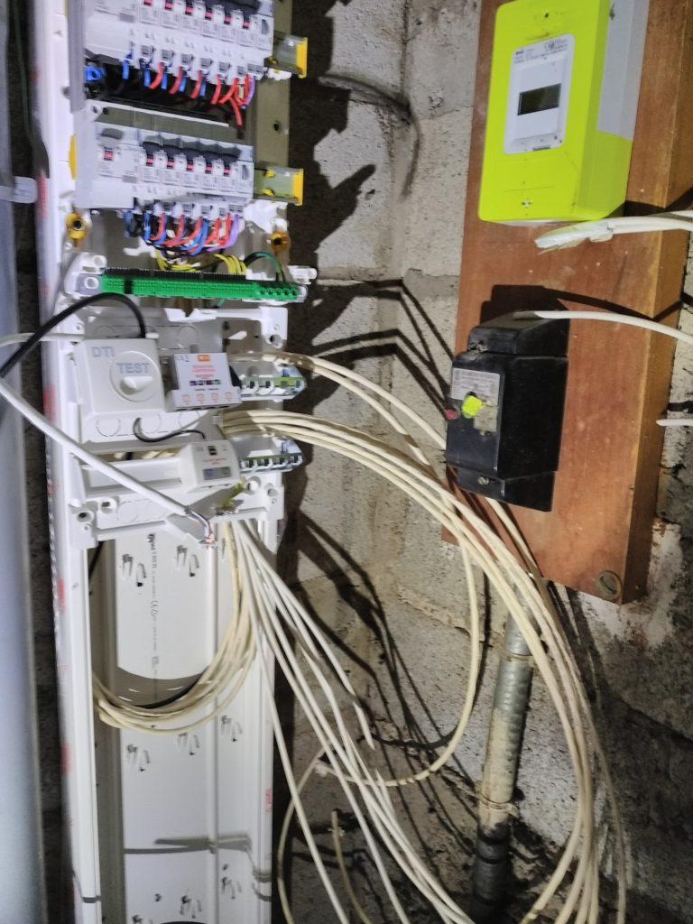 Pose du tableau de communication avec 6 câbles RJ45 en haut à droite, 6 câbles TV en bas à droite, le câble noir de l'antenne.