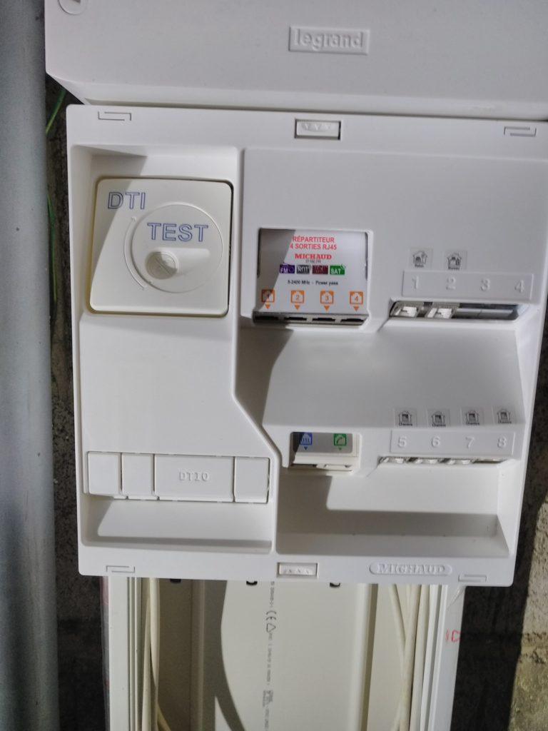 Coffret fermé, on voit le DTI, le répartiteur TV et les 6 modules de brassage